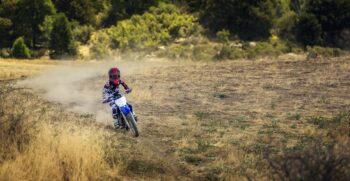 2018-yamaha-tt-r110e-eu-racing-blue-action-002