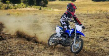 2018-yamaha-tt-r110e-eu-racing-blue-action-003