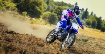 2018-yamaha-tt-r125lw-e-eu-racing-blue-action-002