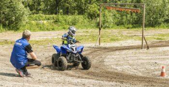 2019-yamaha-yfm90-eu-racing-blue-action-009